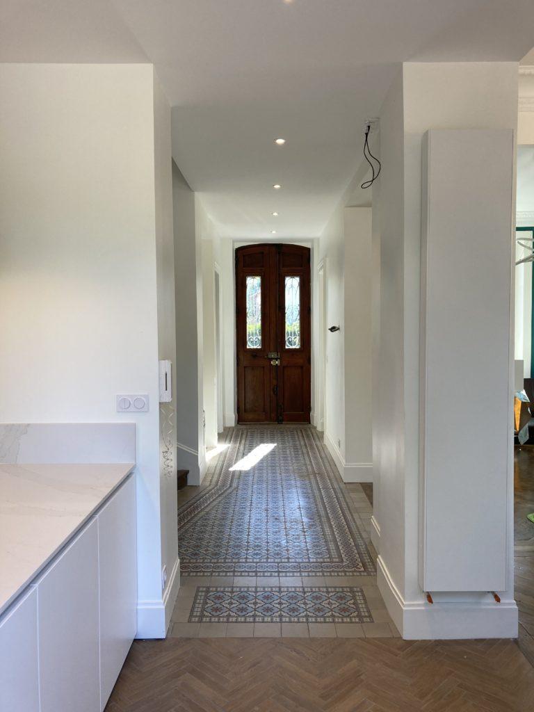 Couloir maison de maitre parquet chevrons et carreaux de ciments